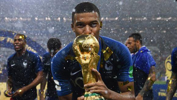 Kylian Mbappé cargó la Copa del Mundo tras triunfo de Francia ante Croacia (Foto: AFP)
