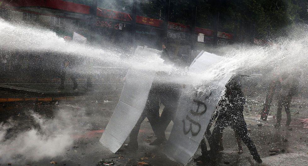 Potentes chorros de agua de la policía para detener a los manifestantes. (Foto: EFE)