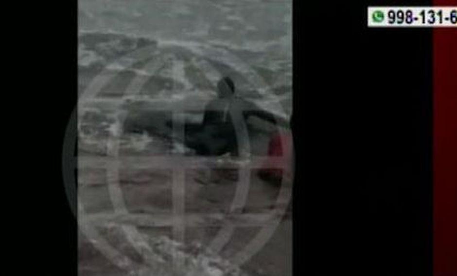 Cetáceo quedó varado en la playa San Bartolo ubicada a la altura del kilómetro 51 de la carretera Panamericana Sur. (Captura: América Noticias)