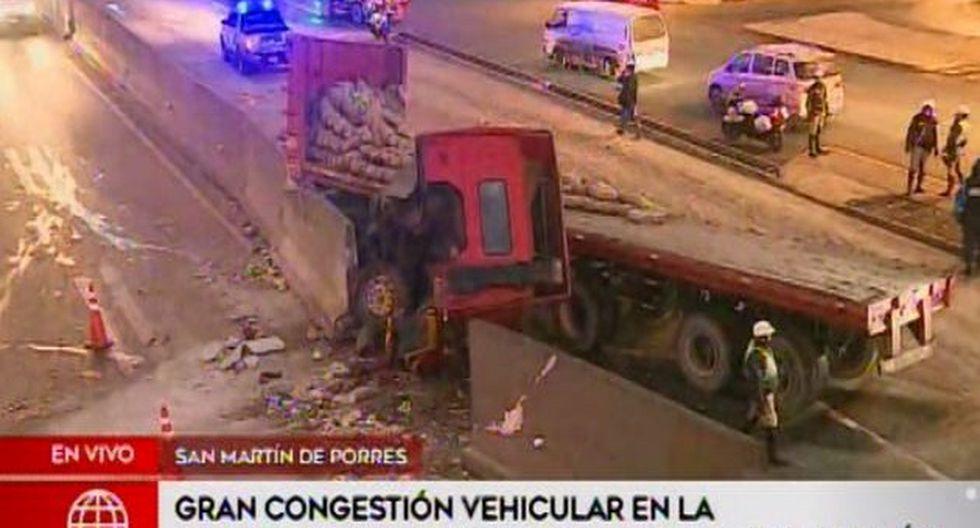 Tráiler quedó completamente volteado. (Foto: Captura/América Noticias)