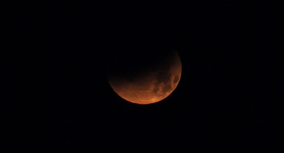 Un grupo de científicos europeos del Proyecto GLORIA transmitió en vivo el eclipse lunar desde Cusco. (Foto: AFP)