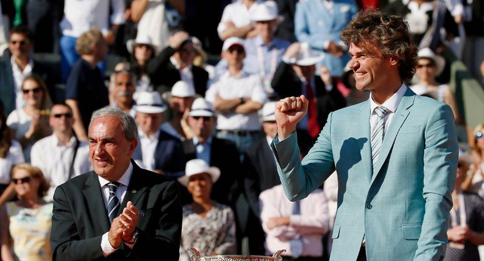 El ex campeón de Roland Garros, el brasileño Guga Kuerten, se hizo presente para entregarle el trofeo al ganador. (Foto: AFP)