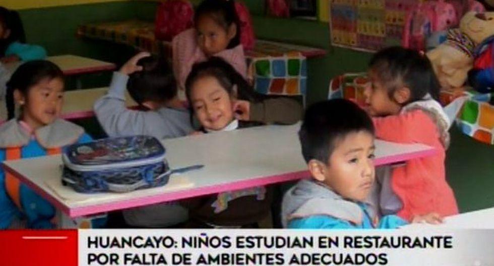 Niños tienen que estudiar entre fogones y artículos de cocina. (Foto: Captura de video / América Noticias)