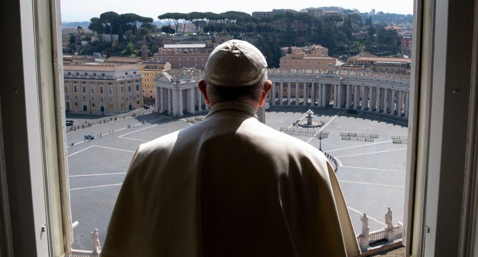 El papa agradeció a todos los curas que han inventado sistemas para estar cerca a los necesitados, con misas por internet o ingresos en las parroquias limitadas. Imagen del sumo pontífice en Roma. (AFP).