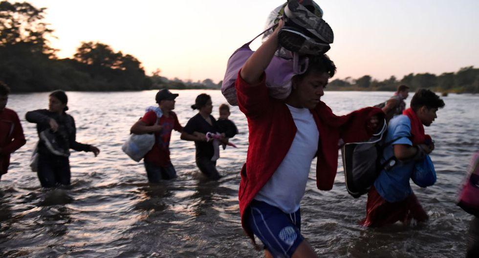 Imagen de los migrantes centroamericanos, en su mayoría hondureños que se dirigen en una caravana a los Estados Unidos, cruzan el río Suchiate desde Guatemala hasta Ciudad Hidalgo en México. (AFP).