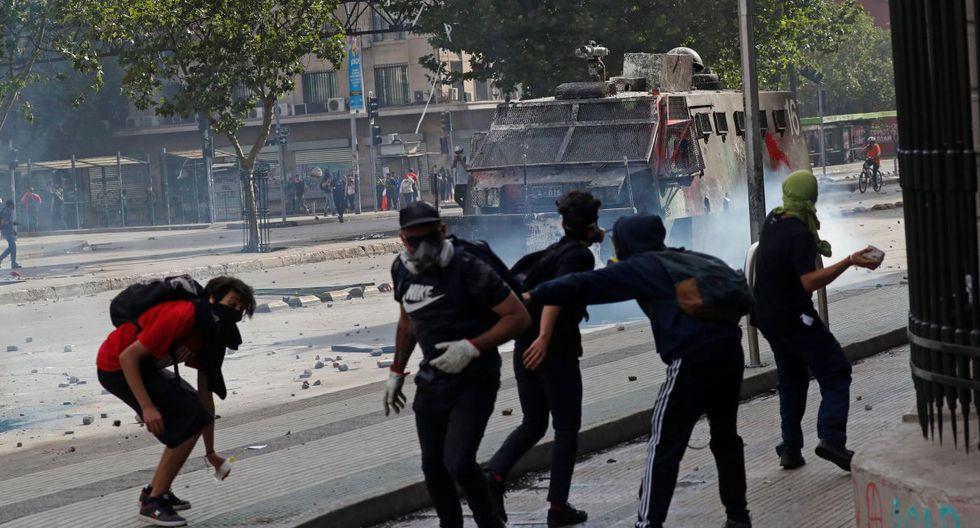"""""""Lo que estamos viendo hoy día en el centro de Santiago no es la gente que quiere justicia social, no es la gente que quiere un Chile mejor, es gente que quiere destrucción y caos"""", dijo Rubilar. (Foto: AFP)"""
