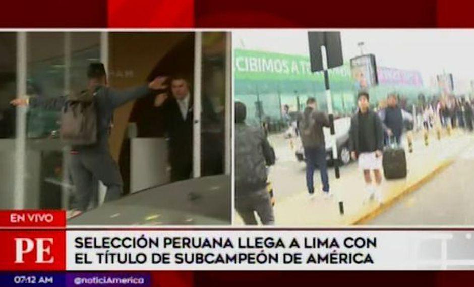 Selección peruana: Christian Cueva saltó baranda ante el asedio de hinchas a su llegada a Lima | VIDEO