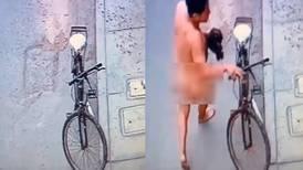 Hombre desnudo robó una bicicleta en plena calle: sería un amante que huía de esposo