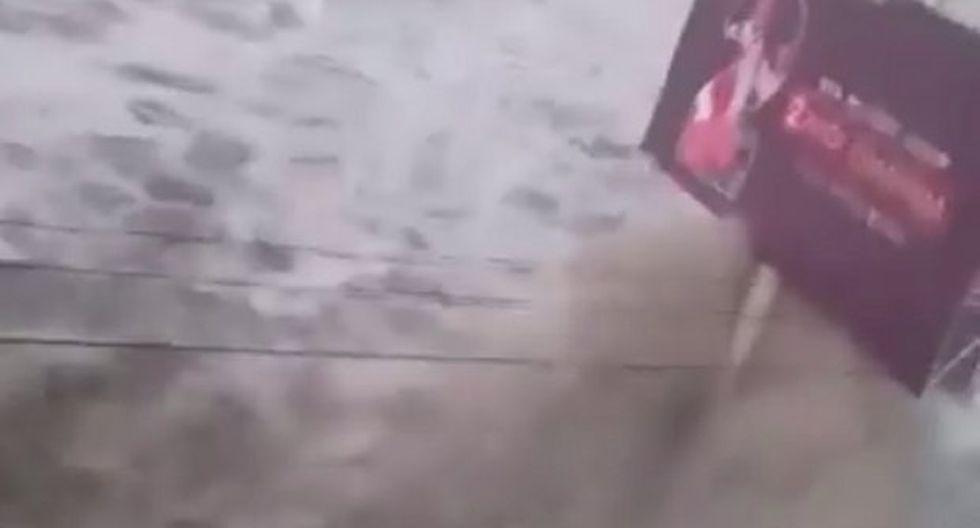 Registran el momento exacto en que un tsunami golpea las costas de Indonesia. (Foto: captura de Twitter)