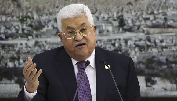 El presidente palestino, Mahmoud Abbas, habla durante una reunión con los líderes palestinos en el complejo presidencial en la ciudad cisjordana de Ramallah. (Foto: AFP)