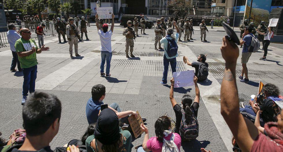 Los manifestantes se enfrentan a los soldados. (Foto: AFP)