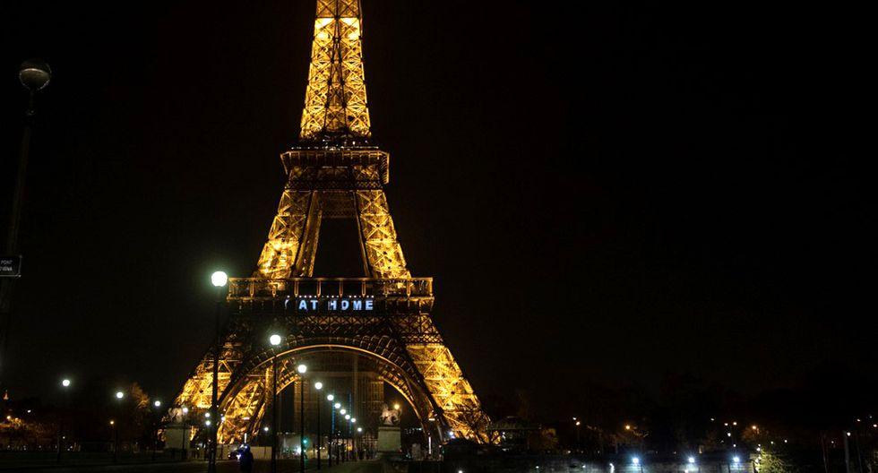 """Una imagen muestra las palabras """"Quédate en casa"""" en la Torre Eiffel durante una actividad en Francia destinado a frenar la propagación del COVID-19. (Foto: AFP)"""