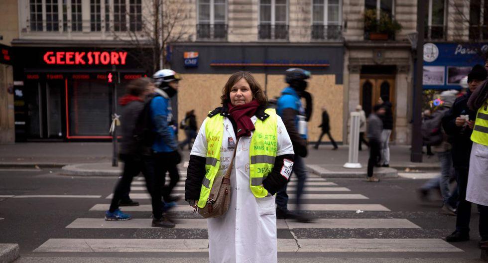Dominique, una trabajadora social de 54 años posa para una foto durante una manifestación para protestar contra la reforma de las pensiones, en París, el 5 de diciembre de 2019 como parte de una huelga general nacional. (AFP)