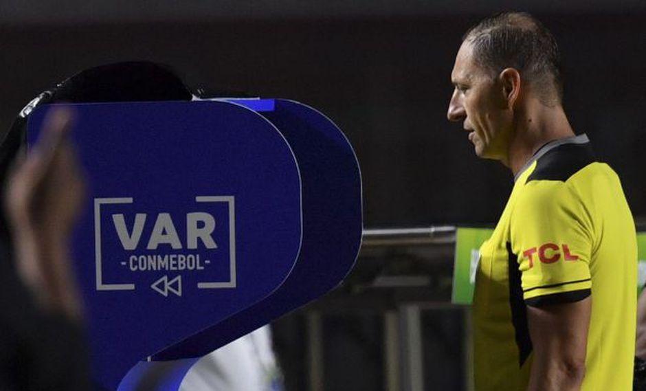 La FIFA autorizó la implementación del VAR (Video Assistant Referee) en marzo del 2016. Este año llegó a la Copa América.(AFP)