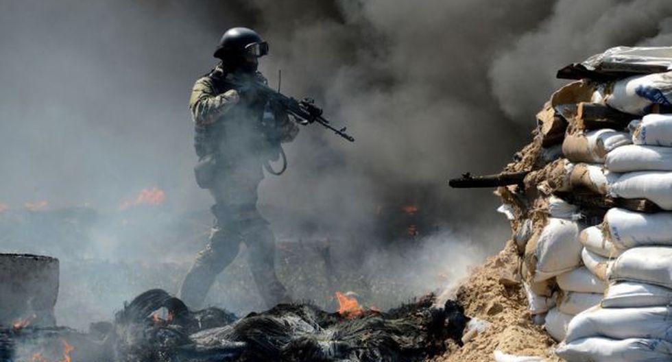 Un militar ucraniano supervisa un 'checkpoint' en llamas a las puertas de Slaviansk.  (Foto: AFP)