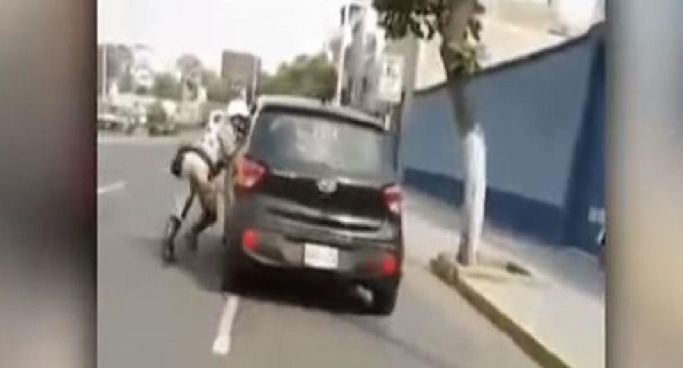 Conductor arrastró varios metros a policía para evitar que su auto sea llevado al depósito (Captura: Captura La Industria)