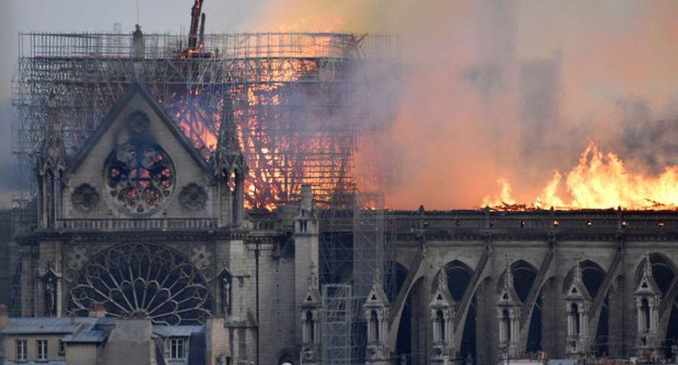 Según los primeros elementos, el incendio se declaró sobre las 18.50 horas en la parte del techo de la catedral, que estaba siendo sometida a una restauración. (Foto: EFE)