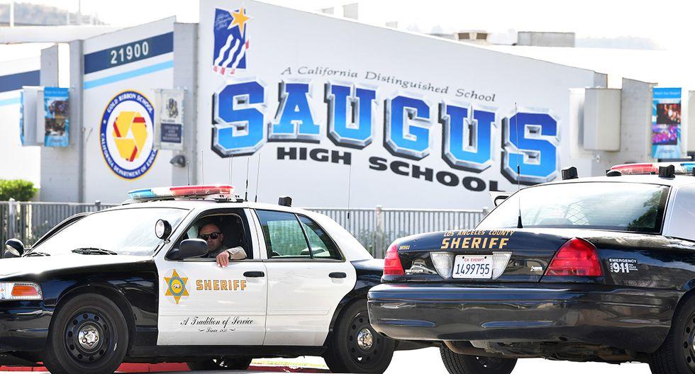 Autos de la policía de Los Ángeles frente a la escuela secundaria Saugus en Santa Clarita, California, un día después de un tiroteo en el campus que dejó dos estudiantes muertos. (Foto: AFP)