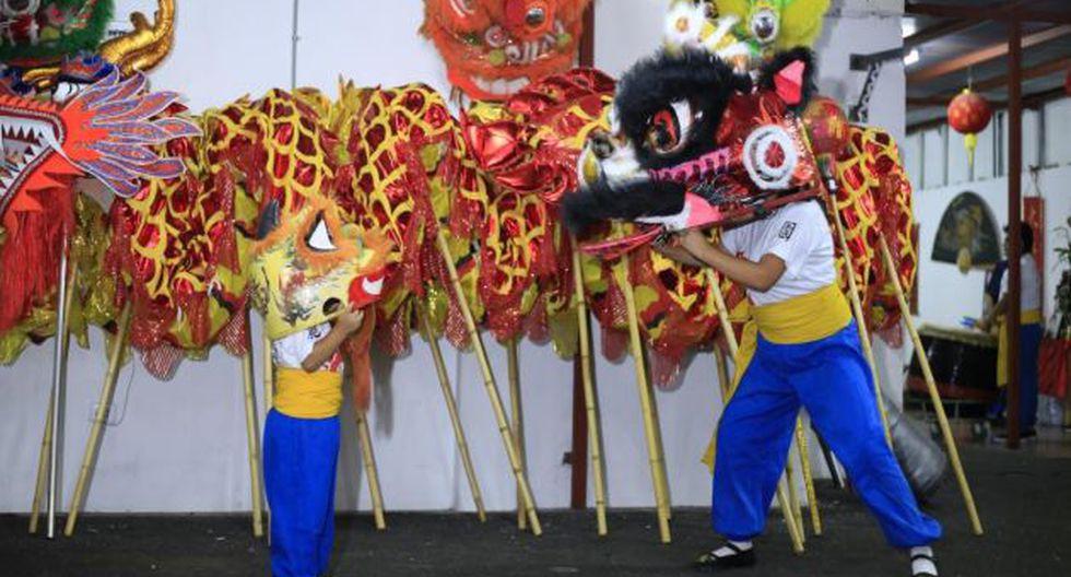 Danzantes que le dan vida a los majestuosos dragones y leones chinos. (Foto: Captura Video)