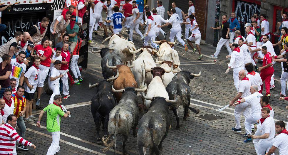 Los toros rezagados suelen desorientarse y se abalanzan contra la gente. (Foto: AFP)