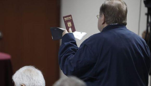 El ex ministro Luis Nava entregó sus pasaportes al Poder Judicial. (Foto: César Campos / GEC)