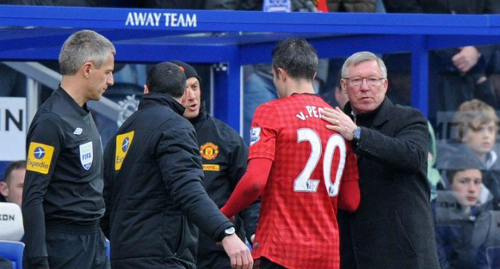 Van Persie abandonando el terreno de juego  (Foto: AFP)