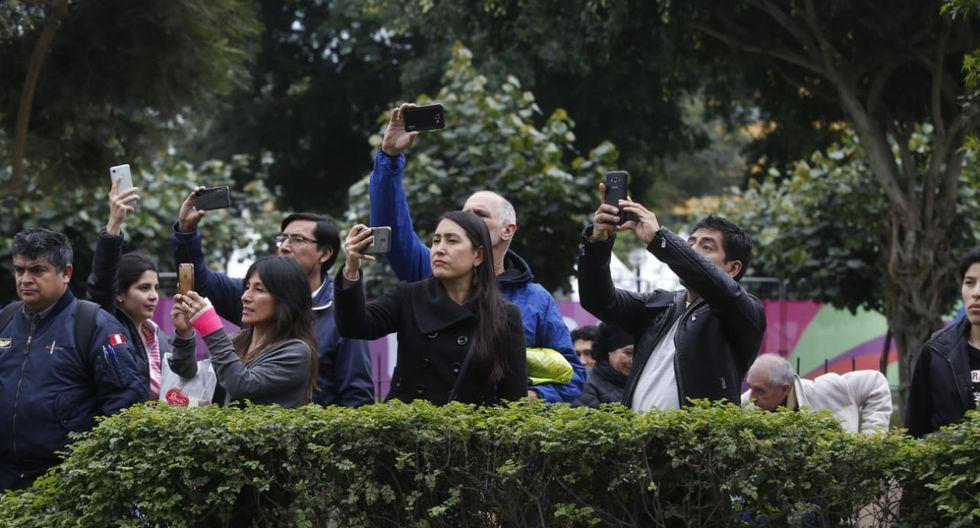 En el parque Kennedy también los espectadores buscaron la manera de capturar el recorrido de la antorcha. (Foto: Jessica Vicente/Mario Zapata)