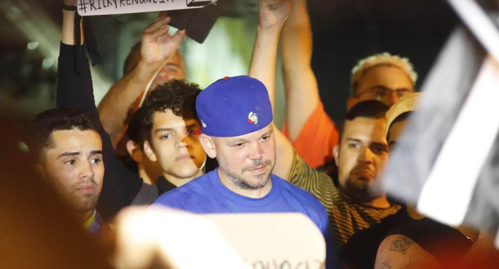 Con banderas de Puerto Rico en mano los asistentes piden la renuncia del mandatario rodeados de una fuerte presencia policial, compuesta por integrantes de unidades especiales tácticas. (Foto: EFE)