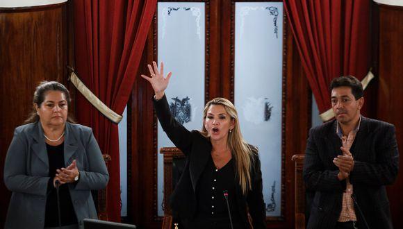 """""""Juran por Dios, la Patria, la Constitución Política del Estado, la sagrada memoria de nuestros mártires"""", les preguntó Jeanine Áñez a los nuevos ministros, a lo que ellos respondieron a coro: """"Sí, juro"""". (Foto: Reuters)"""
