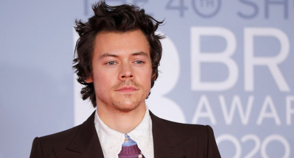 Harry Styles se ganó elogios de los fanáticos tras aparecer con una cinta negra en los Brit Awards   (Foto: AFP)