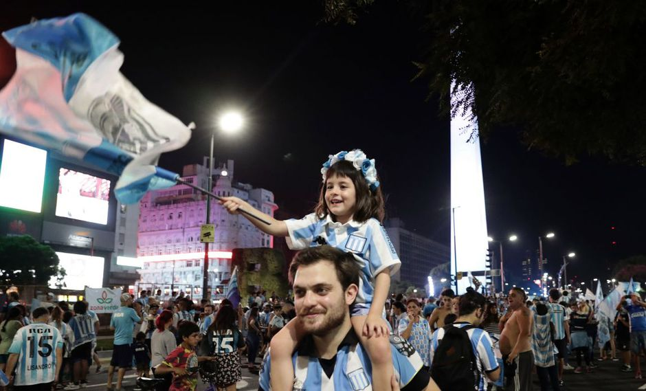 Hinchas de Racing celebran el título de la Superliga Argentina en el Obelisco | FOTOS
