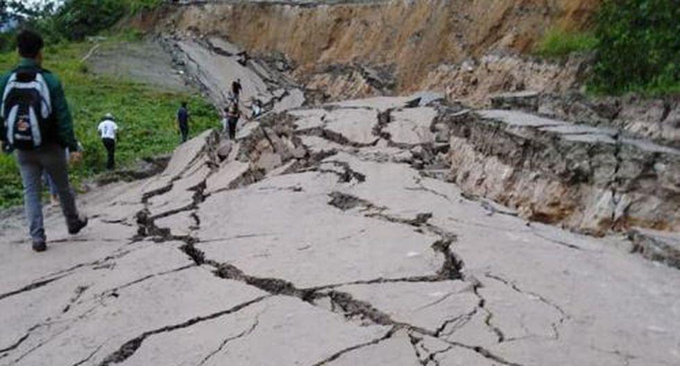 La carpeta asfáltica de la vía se hundió a causa de las lluvias intensas. (Foto: Andina)