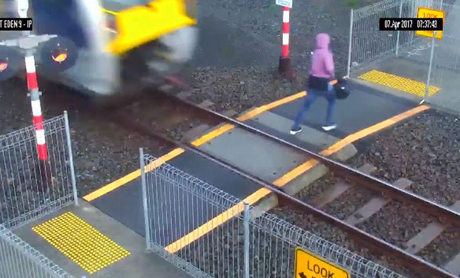 Facebook: mujer casi es arrollada por un tren por mirar su celular