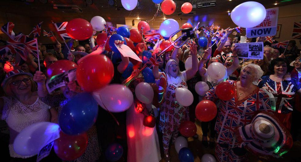 "Las personas gritaban, se abrazaban y luego cantaron ""God Save the Queen"".(Foto: AFP)"