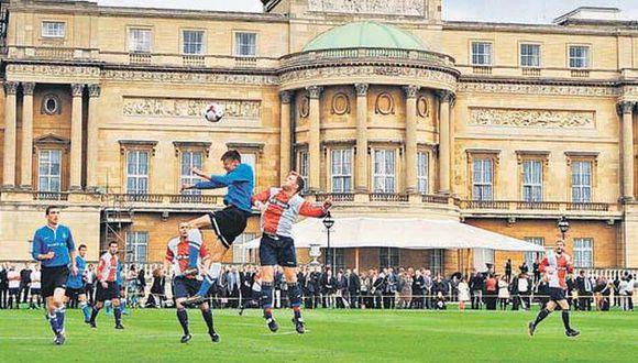 Histórico partido entre el Civil Service FC y el Polytechnic FC en la residencia de la reina Isabel II. (Foto: AFP)
