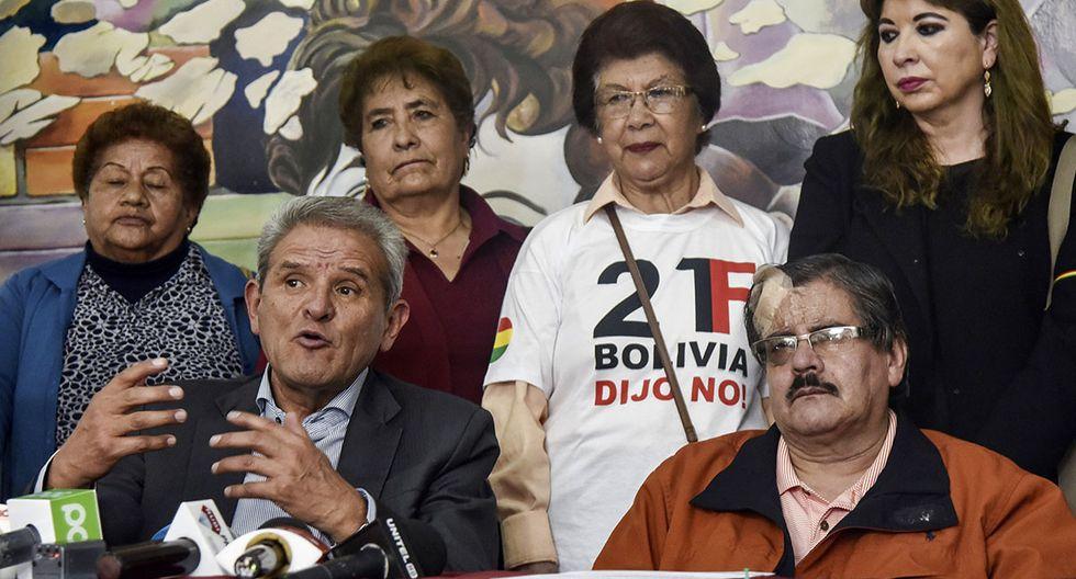 Miembros bolivianos del Comité Nacional para la Defensa de la Democracia (CONADE), Waldo ALbarracin (R) y Rolando Villena hablan durante una conferencia de prensa llamando al pueblo boliviano a protestar en defensa de la democracia, en La Paz. (Foto: AFP)