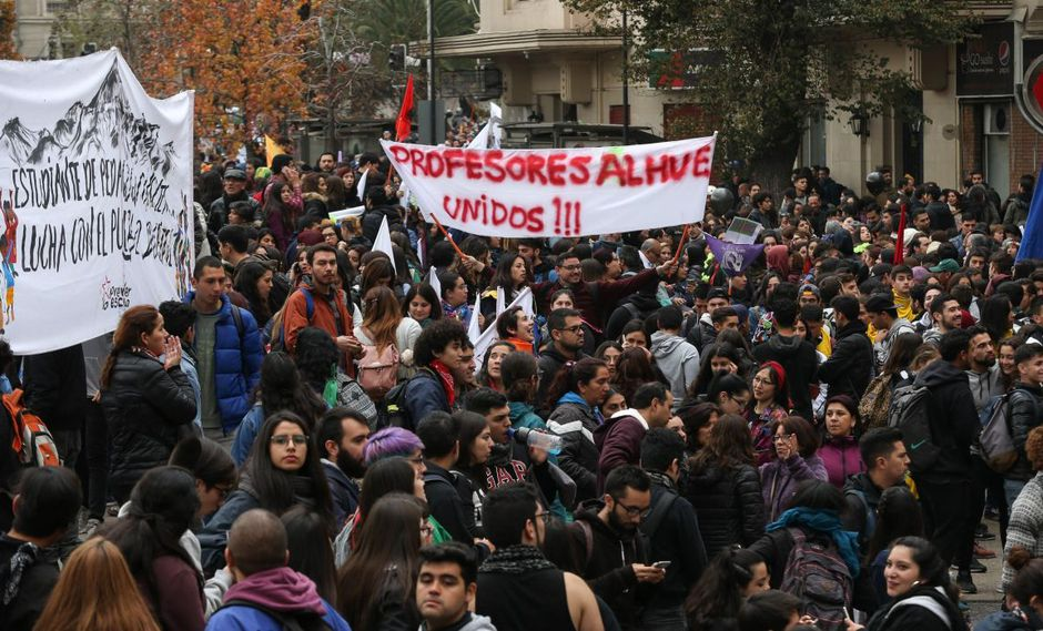 Multitudinaria marcha de profesores y estudiantes contra Piñera en Chile | FOTOS