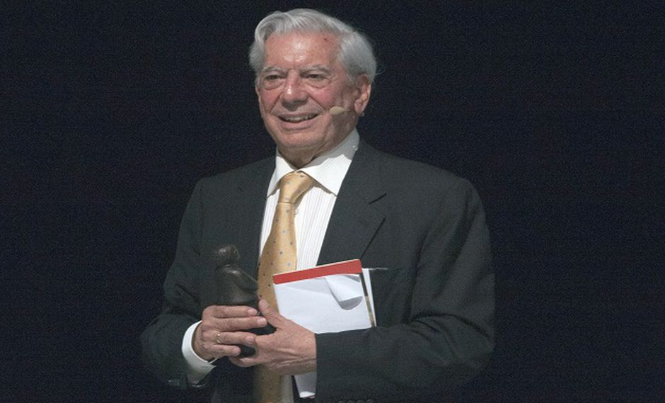 El Nobel también recordó su paso por el periodismo y alertó sobre el futuro del libro escrito. (Foto: AFP)