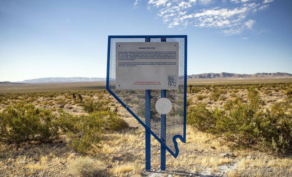 Un letrero histórico indica que la zona fue el sitio de prueba de armas nucleares de Nevada cerca del Área 51, cerca de Amargosa Valley, Nevada. (Foto: EFE)