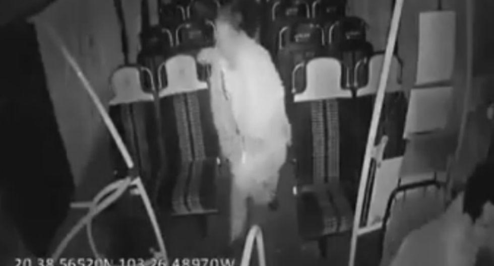 El video de un chofer que se asusta con una pasajera 'fantasma' se viralizó por la forma en que él reacciona. (Foto: Captura)