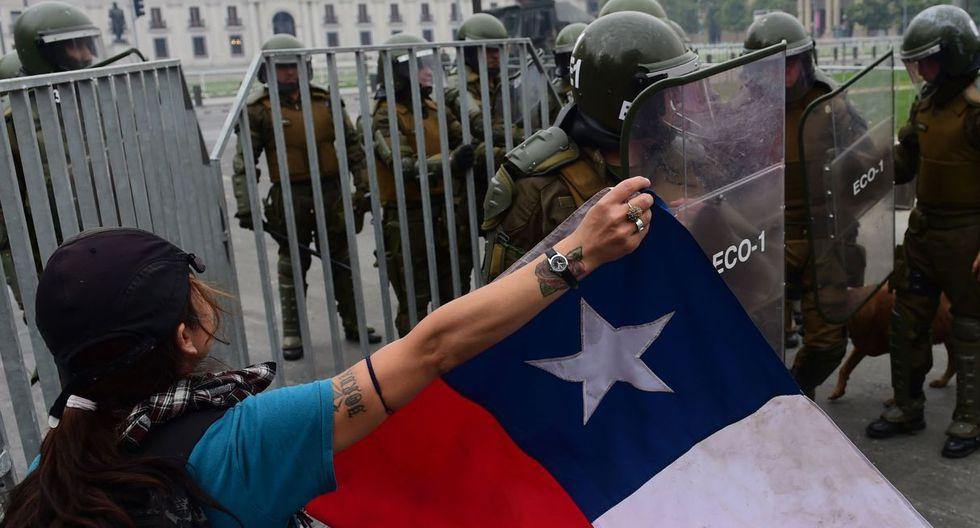 Las manifestaciones, que estallaron el viernes pasado tras el aumento en casi 4 centavos de dólar en la tarifa del metro, dejan hasta ahora 18 muertos. (Foto: AFP)