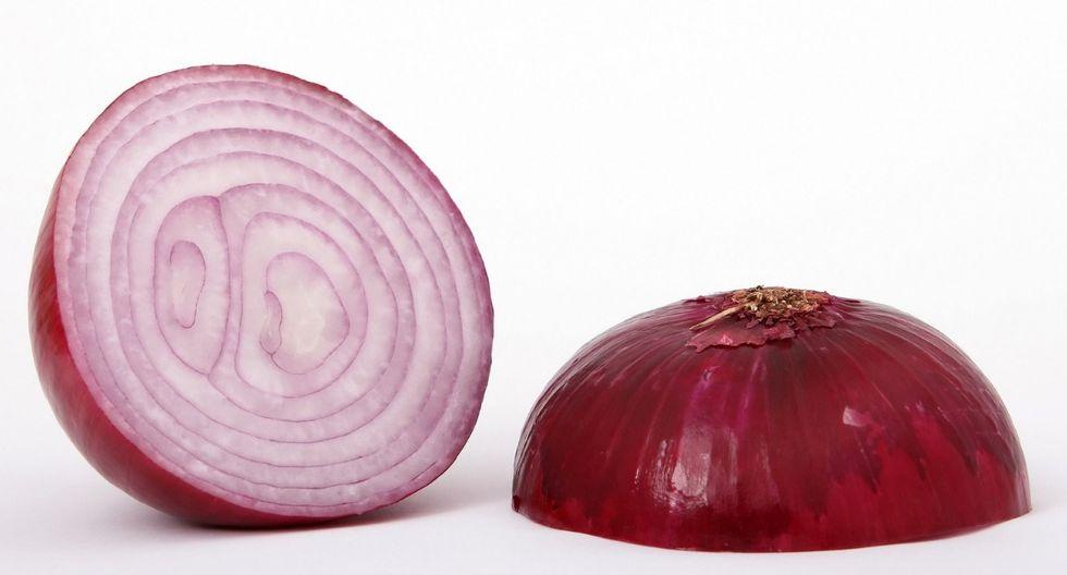 La cebolla. Comparte muchas propiedades similares a la del ajo, también es antibacterial. Es un gran expectorante. Si estás resfriado, prepárate un jarabe de cebolla. (Foto: Pixabay)