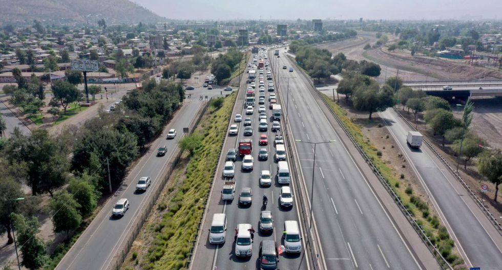 Cada vez que un vehículo atraviesa uno de los pórticos que existen a lo largo de las autopistas un pitido se registra en el aparato TAG del auto y genera un cobro. (Foto: AFP)