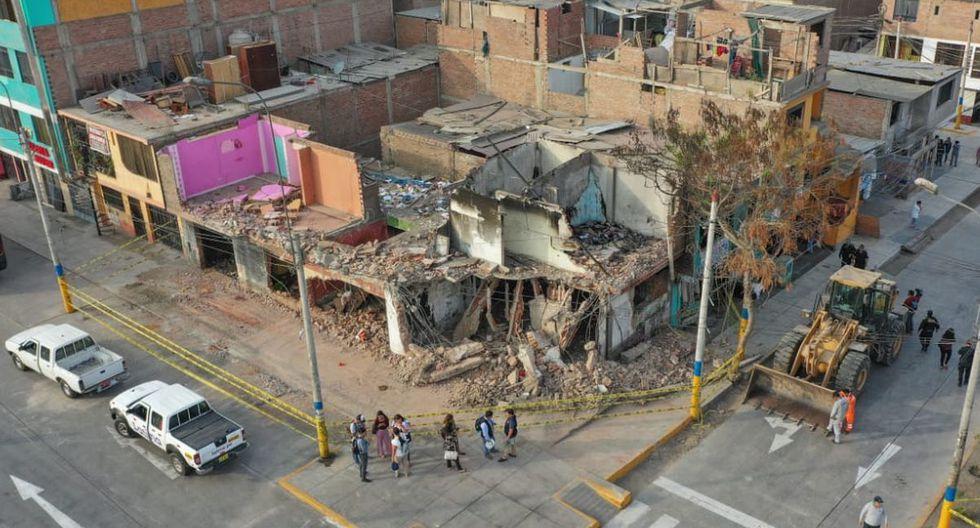 Personal de las Fuerzas Armadas demolió las casas que quedaron inhabitables tras incendio. (Ministerio de Defensa/Facebook)