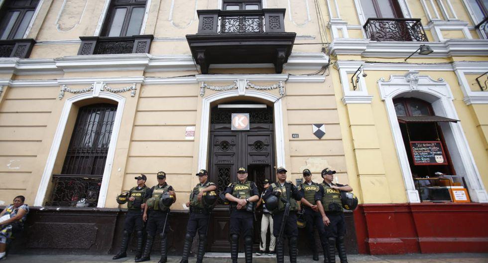 La Policía Nacional resguardó en todo momento el allanamiento al local de Fuerza Popular. (Foto: Rolly Reyna / GEC)