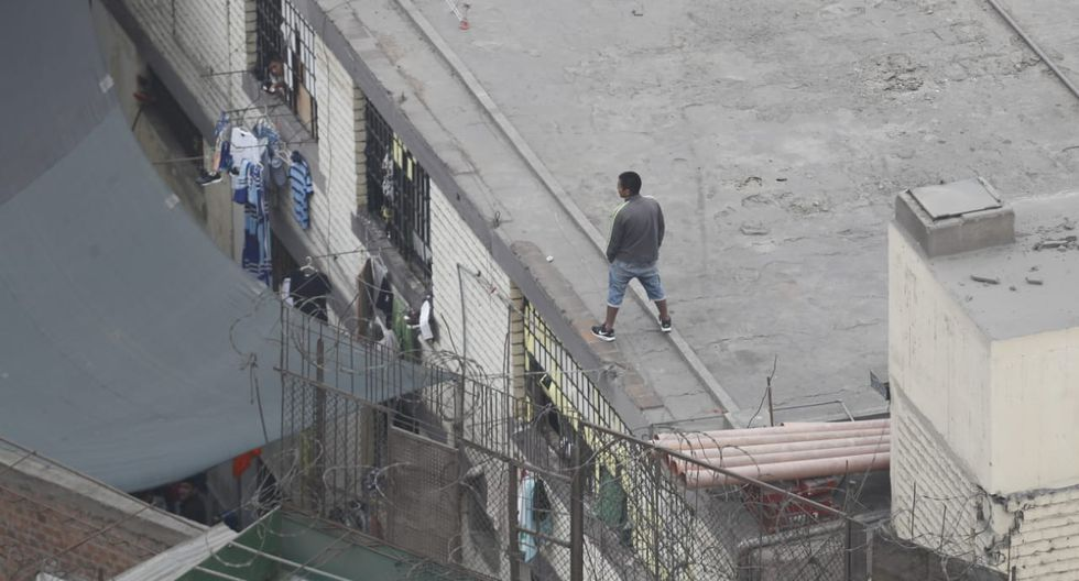 Entonces, cerca de 80 internos cerraron los accesos de dicho espacio y subieron al techo del penal de Lurigancho para expresar su rechazo a la requisa a cargo del personal del INPE. (Fotos: César Campos)