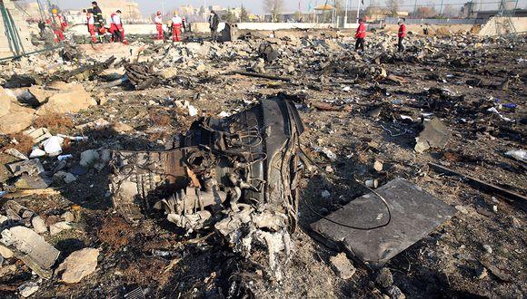 Los equipos de rescate trabajan en el lugar después de que un avión ucraniano que transportaba a 176 pasajeros se estrelló cerca del aeropuerto Imam Khomeini en la capital iraní, Teherán. (Foto: AFP)