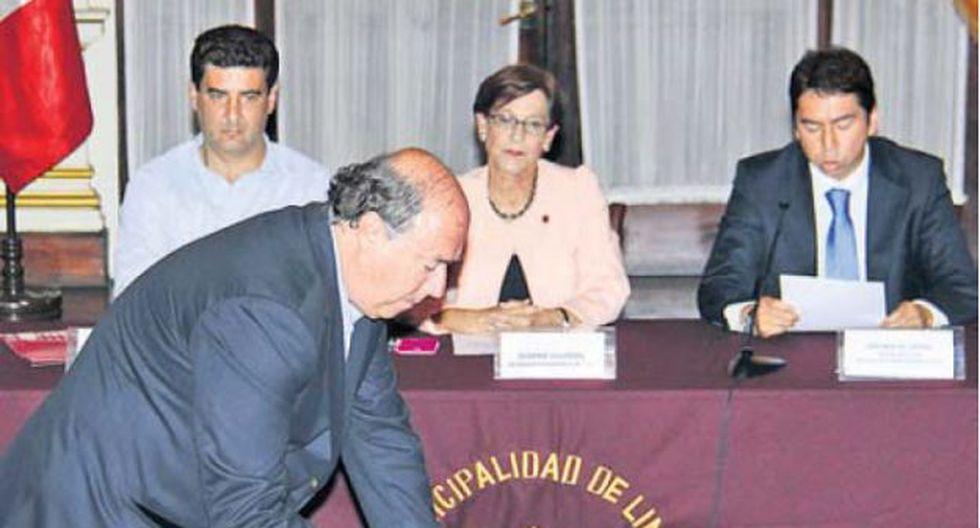 Raúl Castro, presidente del PPC, firma el acuerdo en presencia de la alcaldesa Villarán.