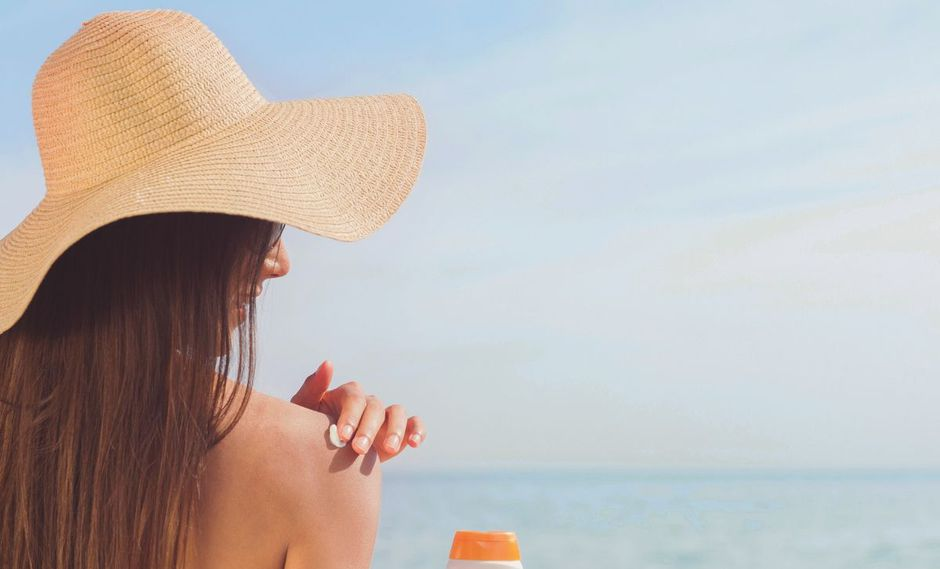 En verano no solo hay que cuidar la piel de los rayos del sol, sino también el cabello. (Foto: Pixabay)