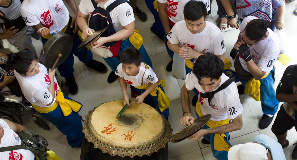 El tambor, platillos y gong son los instrumentos que marcan el paso de los bailarines. (Fotos: Renzo Salazar)